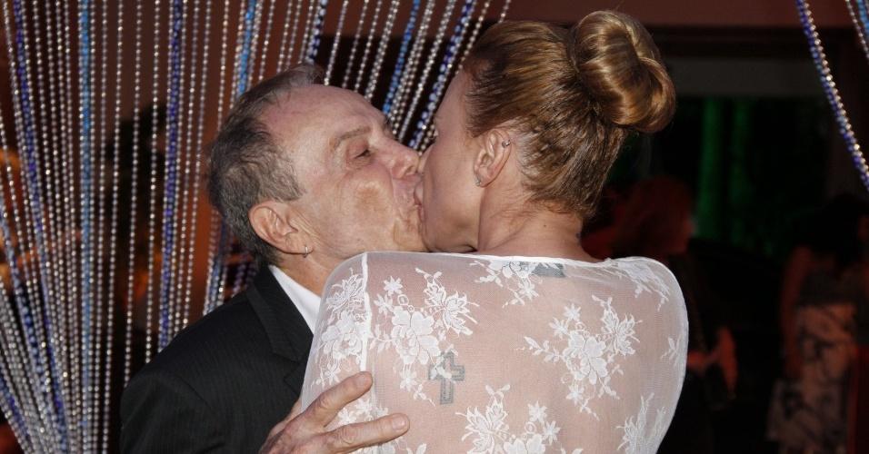 """Stênio Garcia beija a mulher Marilene Saade na festa de estreia da novela """"Salve Jorge"""". A trama começa no dia 22 de outubro e substituirá """"Avenida Brasil""""  (10/10/12)"""