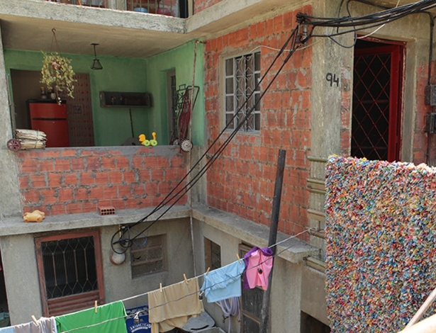 A cenógrafa diz que o Complexo do Alemão tem suas particularidades e que a favela conta com muitos prédios