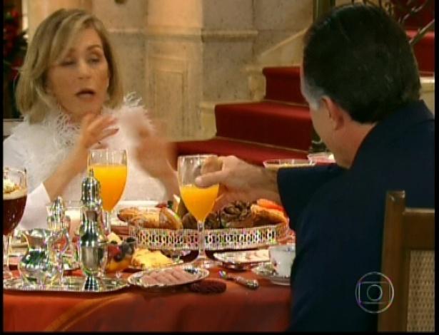 Cumbuqueta e Bimbinho sentam-se novamente à mesa e continuam a discussão sobre Roberta Leone e sobre a parcela que cada um tem sobre a Charlô