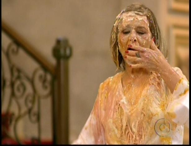 Cumbuqueta experimenta os doces que ainda estão em seu rosto