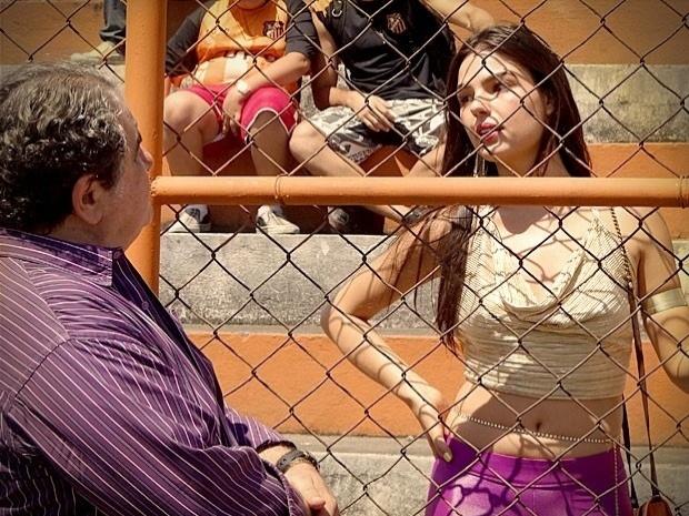 """Em """"Avenida Brasil"""", Diógenes culpa Suelen pelo fim da carreira de Leandro e a morena fica abalada (11/10/12)"""