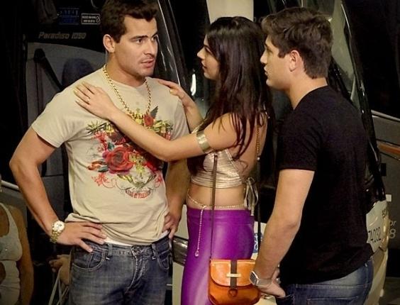 """Em """"Avenida Brasil"""", Roni e Suelen convencem Leandro a morar com eles"""