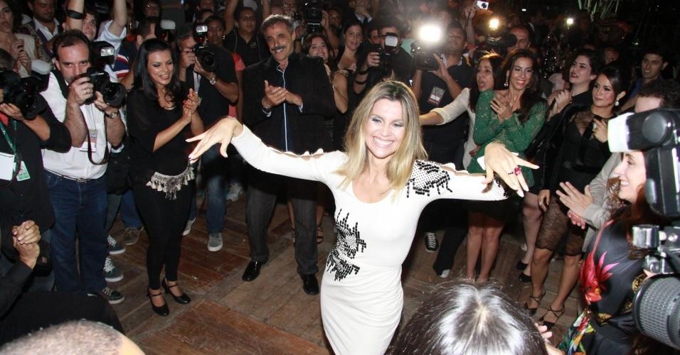 """Flávia Alessandra dança na festa de estreia da novela """"Salve Jorge"""". A trama começa no dia 22 de outubro e substituirá """"Avenida Brasil""""  (10/10/12)"""