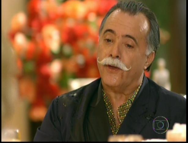 Irrirtado, Otávio também decide jogar café em Charlô