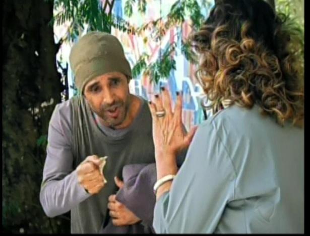 A mãe de Roberta fala com mendigo
