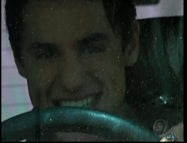 Miguel persegue Pedro pela estrada