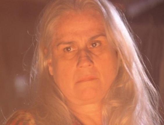 """Em """"Avenida Brasil"""", Lucinda põe fogo na casa de Nilo e vai embora do lixão"""