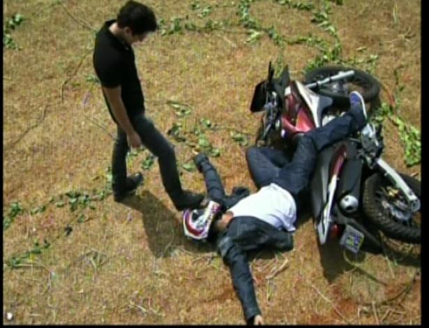 Miguel pisa no capacete de Pedro