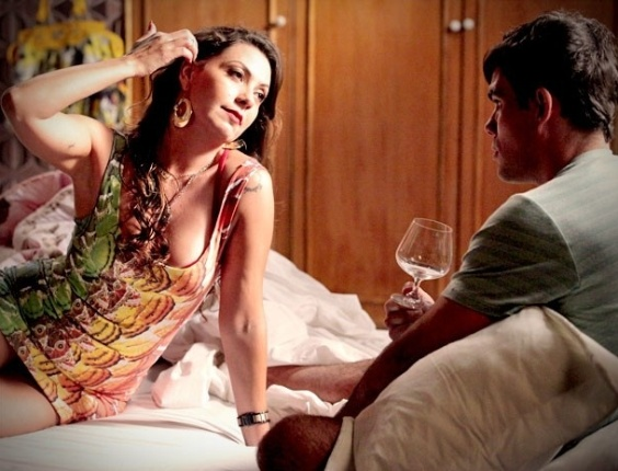 """Em """"Avenida Brasil"""", Adauto não resiste e agarra Olenka vestida de Muricy"""