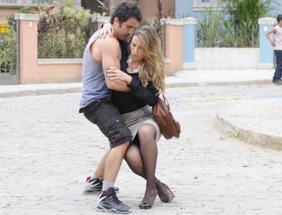 """Em """"Guerra dos Sexos"""", Vânia cai nos braços de Ulisses e pinta clima entre eles"""