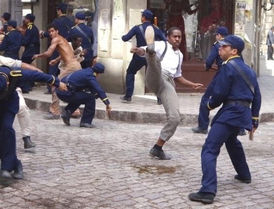 """Em """"Lado a Lado"""", Capoeiras enfrentam policiais contra a vacina obrigatória e a cidade fica em guerra"""