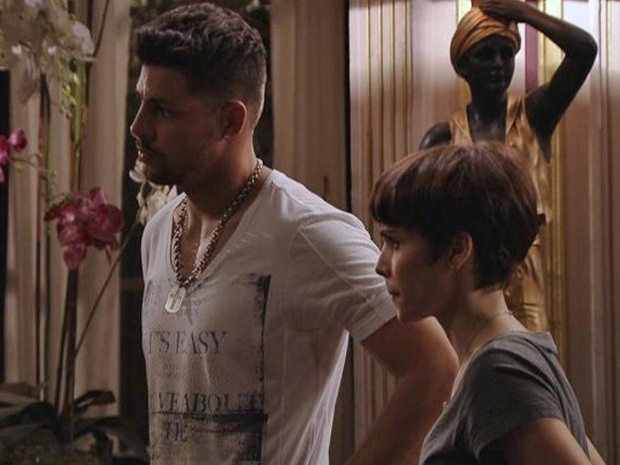 """Em """"Avenida Brasil"""", Jorginho e Nina desconfiam de Santiago (15/10/12)"""
