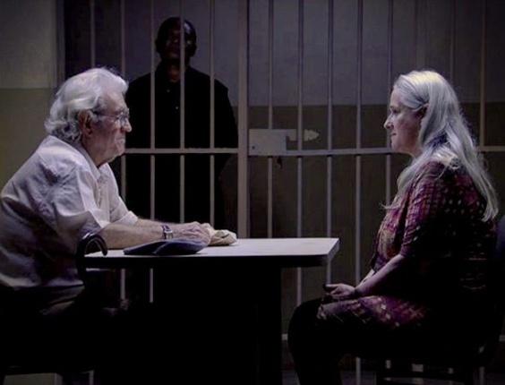 Santiago visita Lucinda na prisão. Tocada, a mãe do lixão não esconde a felicidade ao reencontrar o antigo amante. No ar em 15/10/2012.