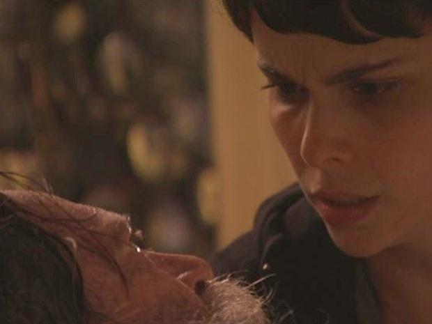 """Em """"Avenida Brasil"""", antes de morrer, Nilo revela a verdadeira tragédia de sua vida para Nina (16/10/12)"""