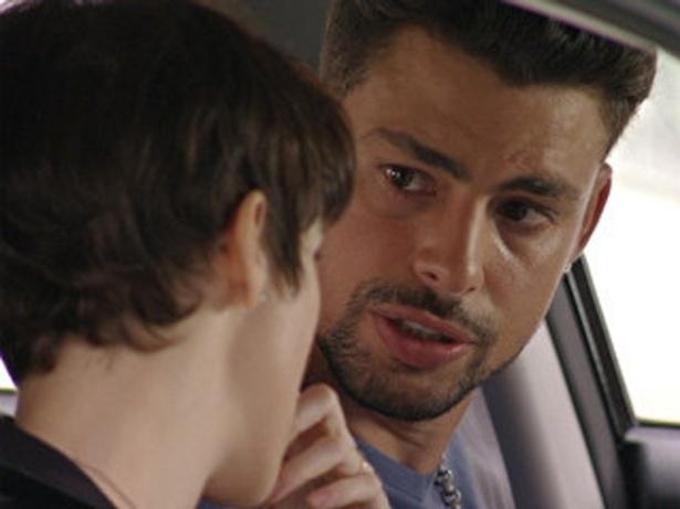 """Em """"Avenida Brasil"""", Nina e Jorginho vão até a casa de Santiago e descobrem que ele esteve no lixão quando Max morreu (16/10/12)"""