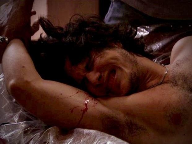 """Em """"Avenida Brasil"""", Lúcio tenta proteger Carminha e leva uma surra dos capangas de Santiago (17/10/12)"""