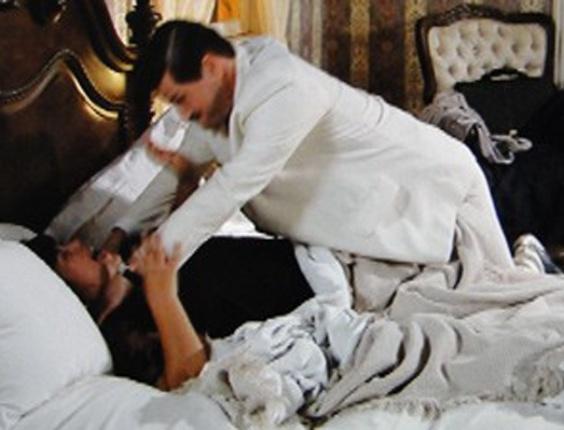 """Em """"Gabriela"""", Tônico flagra Olga na cama com Ezequiel e tenta matar a mulher (18/10/12)"""