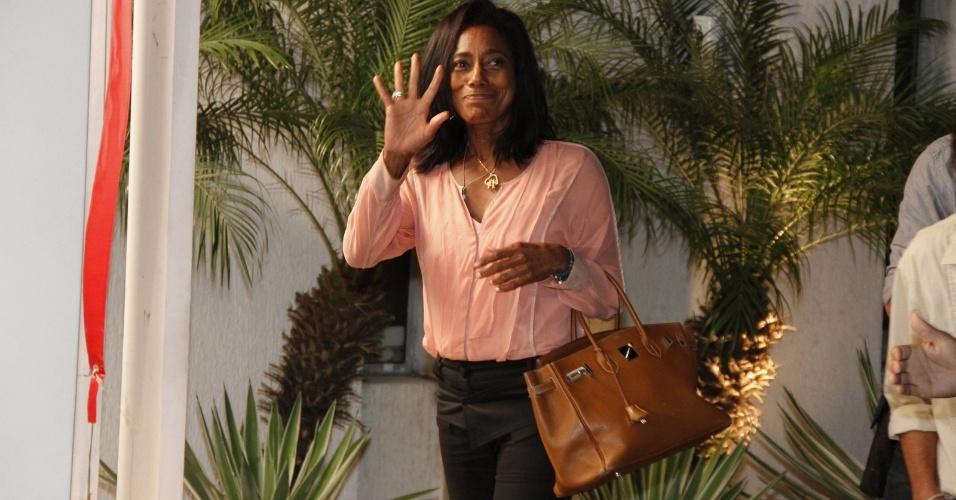 """A jornalista Gloria Maria acena na porta da churrascaria onde o elenco de """"Avenida Brasil"""" se reuniu para ver o último capítulo (19/10/12)"""