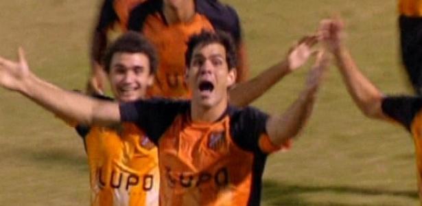 """Adauto comemora o gol da vitória do Divino em """"Avenida Brasil"""" (19/10/12)"""