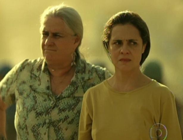 """Após passar três anos na prisão, Carminha volta ao lixão com Lucinda e diz que quer ficar no lugar para sempre em """"Avenida Brasil"""" (19/10/12)"""