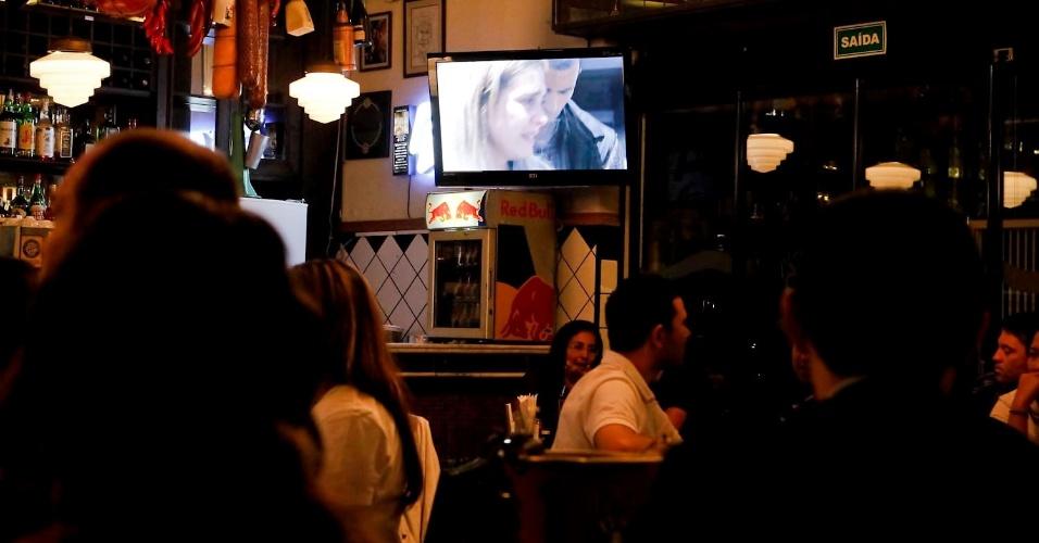 """Bares na Vila Madalena com pouco movimento durante o final de """"Avenida Brasil"""". Muitos estabelecimentos transmitiram o último episódio da novela (19/10/12)"""