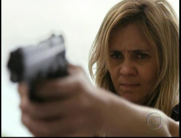 Carminha atira em Nicolau e em Santiago no último capítulo de