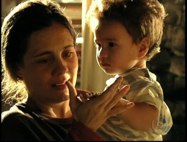 Carminha pega o neto no colo, Jorge Tufão, e diz que ele é parecido com o filho em