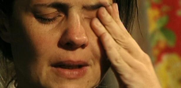Em sua última cena na novela, vivendo no lixão, Carminha se emociona ao conhecer o neto, filho de Nina