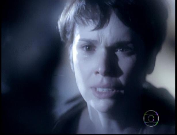 Cena mostra Nina sendo levada como refém por Max no último capítulo de