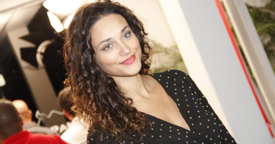 Debora Nascimento, a Tessália da novela, chega ao encontro junto com José Loreto, o Darkson, mas posa para fotos em separado (19/10/12)