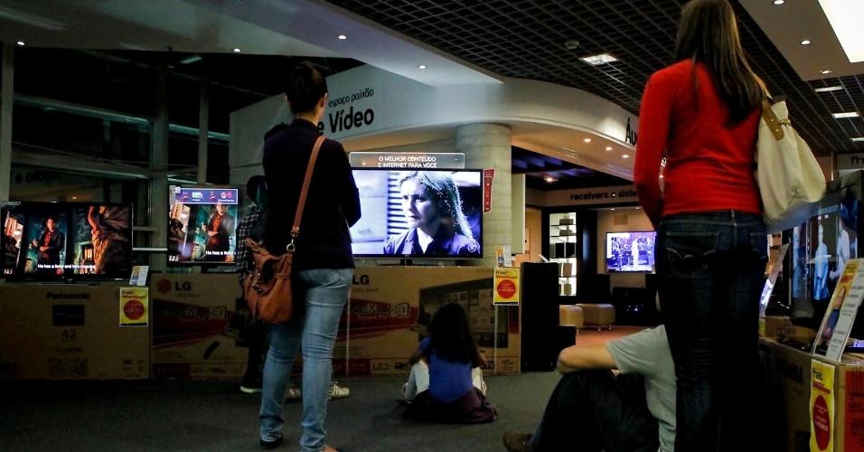 """Fãs de """"Avenida Brasil"""" assistem ao último capítulo da novela dentro da loja Fnac, em Pinheiros (19/10/12)"""