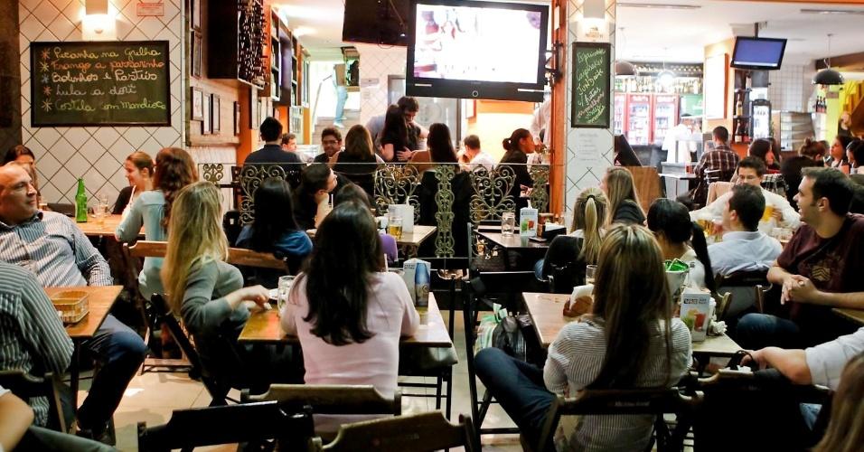 """Frequentadores de bares na região da Avenida Paulista assistem à conclusão de """"Avenida Brasil"""" (19/10/12)"""