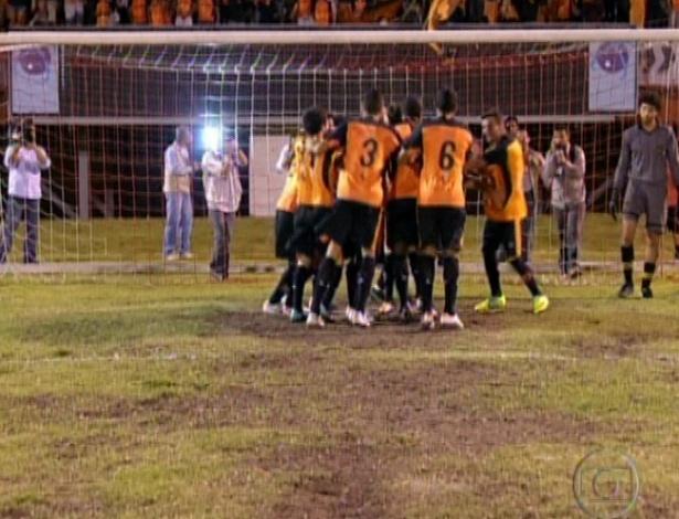 Jogadores do Divino comemoram o gol marcado por Adauto (19/10/12)