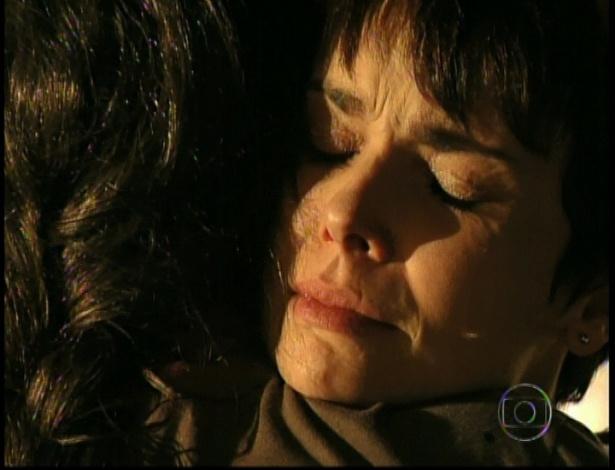 No lixão, Nina e Carminha se reconciliam no último capítulo de