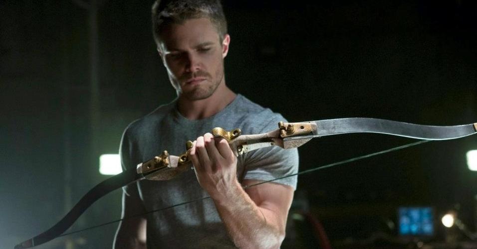 """O episódio de estreia tem direção de David Nutter, responsável pelo piloto de """"Smallville"""", e a narrativa segue as origens do herói (19/10/12)"""