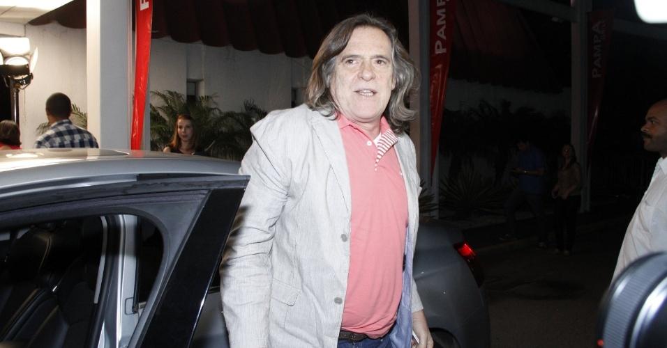 """Zé de Abreu, já sem a barba do personagem Nilo, se reúne com o elenco de """"Avenida Brasil"""" para assistir ao último capítulo da novela (19/10/12)"""