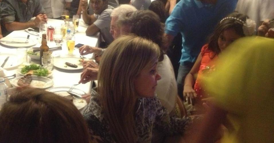 Zé de Abreu postou uma foto de Adriana Esteves acompanhando a exibição do último capítulo da novela, de dentro da churrascaria (19/10/12)