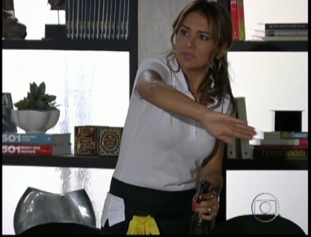 A empregada, que é mãe de Morena, conta para Stênio o ocorrido no morro e o advogado liga os fatos