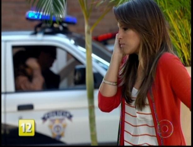 A filha da delegada Heloísa atende o celular e descobre que seu namorado Pepeu atropelou um homem no morro
