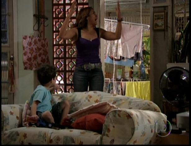 A mãe de Morena chega para saber se filha e neto estão bem