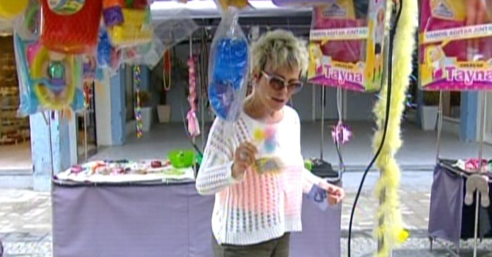 Ana Maria Braga caminha pela feirinha de rua do Divino e observa brinquedos  (22/10/12)