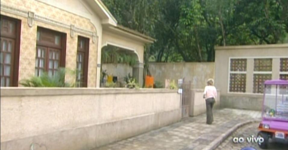 Ana Maria Braga chega na casa onde Cadinho (Alexandre Borges) vivia com suas três mulheres: Alexia (Carolina Ferraz), Noêmia (Camila Morgado) e Verônica (Déborah Bloch)  (22/10/12)