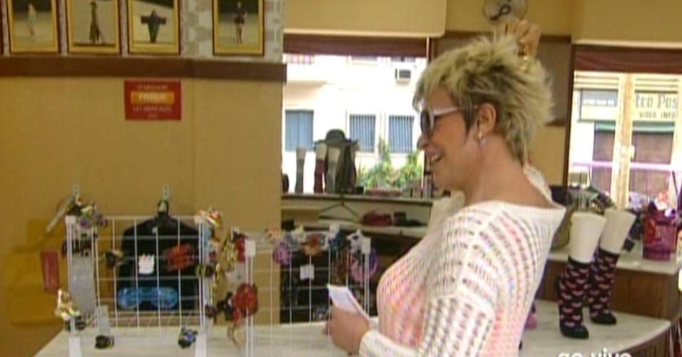 Ana Maria Braga experimenta presilha de cabelos da loja do Divino (22/10/12)