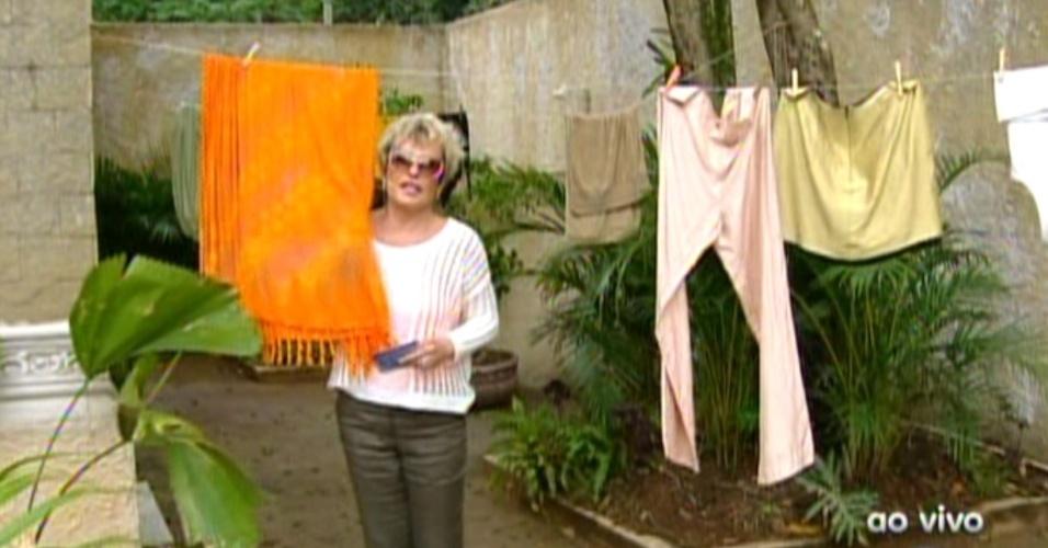 Ana Maria Braga mostra as roupas no varal na casa de Cadinho (Alexandre Borges) e diz que o lenço de seda combina com sua roupa  (22/10/12)