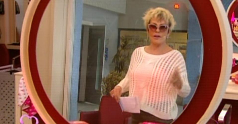 Ana Maria Braga parece em frente a um dos espelhos do salão de cabeleireiros de Monalisa (Heloisa Persissé) (22/10/12)
