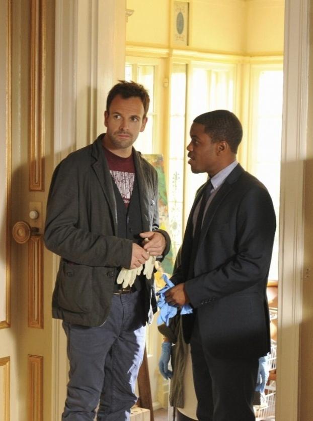 """Os atores Jonny Lee Miller e Jon Michael Hill em cena de """"Elementary"""", nova série sobre o personagem Sherlock Holmes"""