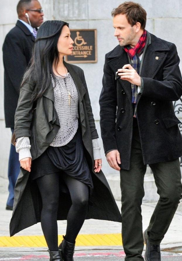 "Cenas da série ""Elementary""Jonny Lee Miller é Sherlock Holmes e Lucy Liu é Joan Watson na série ""Elementary"""
