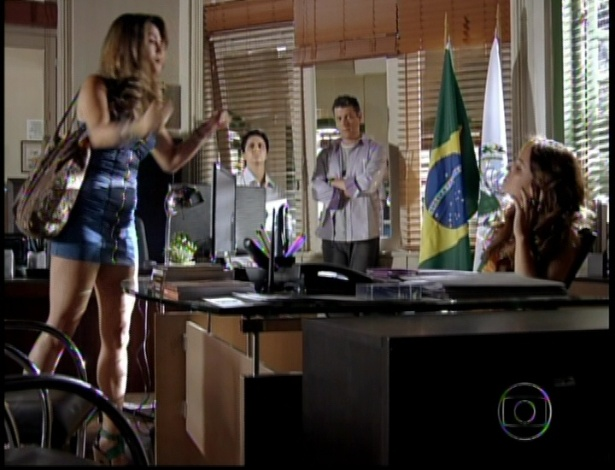Chegando ao local, a delegada Heloisa (Giovanna Antonelli) diz que ajudará Morena. A garota fica contente e volta para a celebração