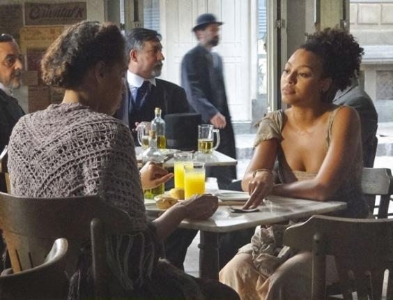 "Em ""Lado a Lado"", Berenice tenta convencer parteira a trocar bebê de Isabel no parto"