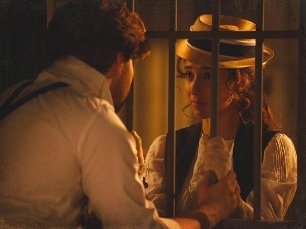 """Em """"Lado a Lado"""", Laura vai atrás de Edgar na cadeia (22/10/12)"""